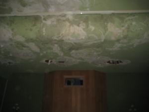Los techos dejaban pasar todo el agua creando humedad, charcos y deteriorando el material.